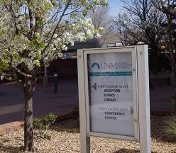 علامة خارج المبنى
