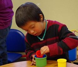 طفل يلعب مع لعبة