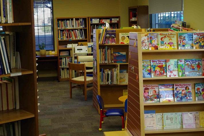 أرفف الكتب في المكتبة