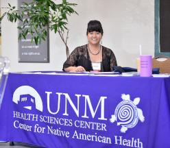 Mujer sentada en la mesa CNAH.