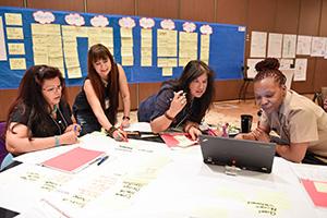Nhóm làm việc tại bàn trong Hội thảo CHA.