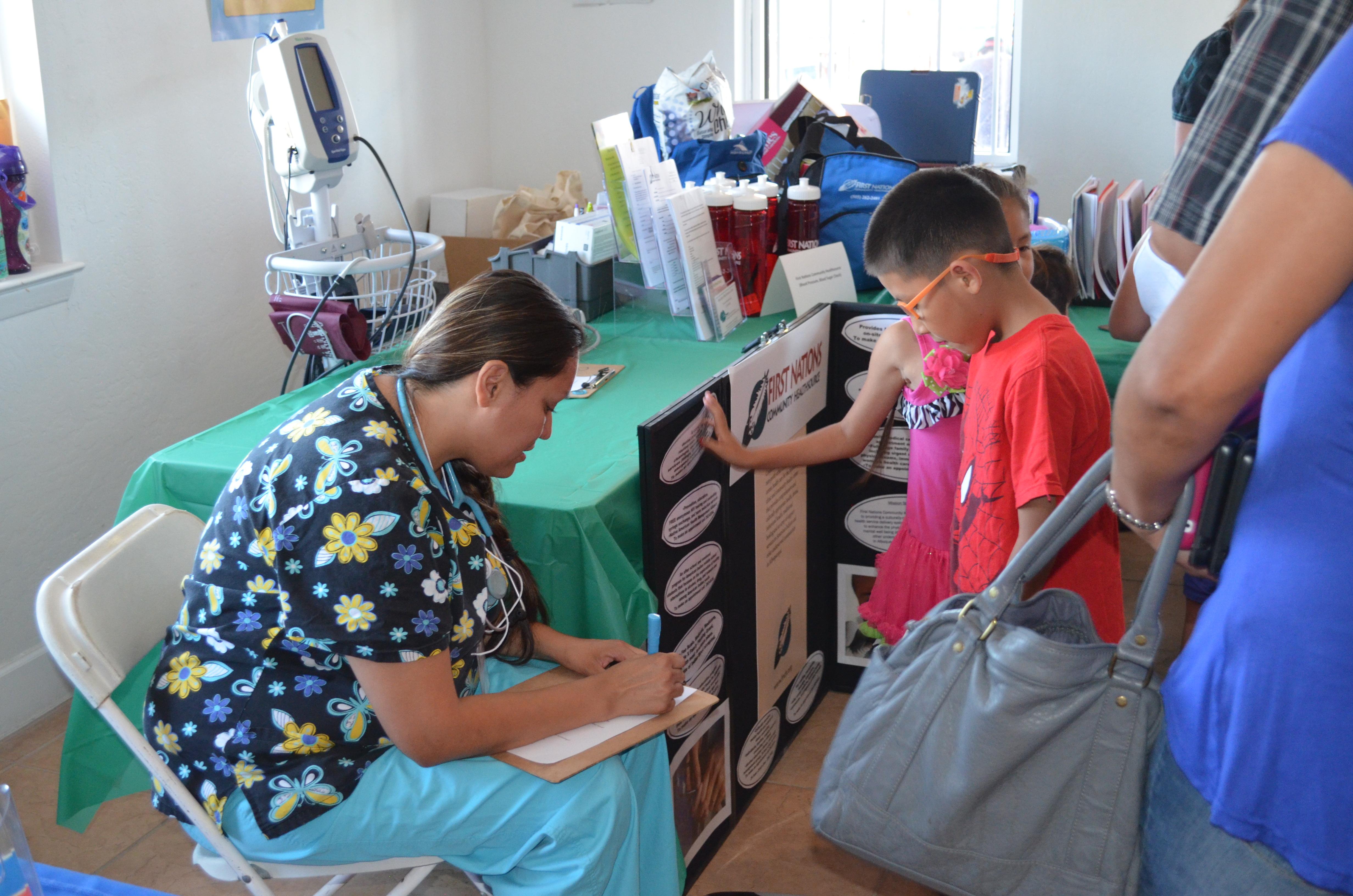 Krankenschwester mit Kindern in die Zwischenablage schreiben.