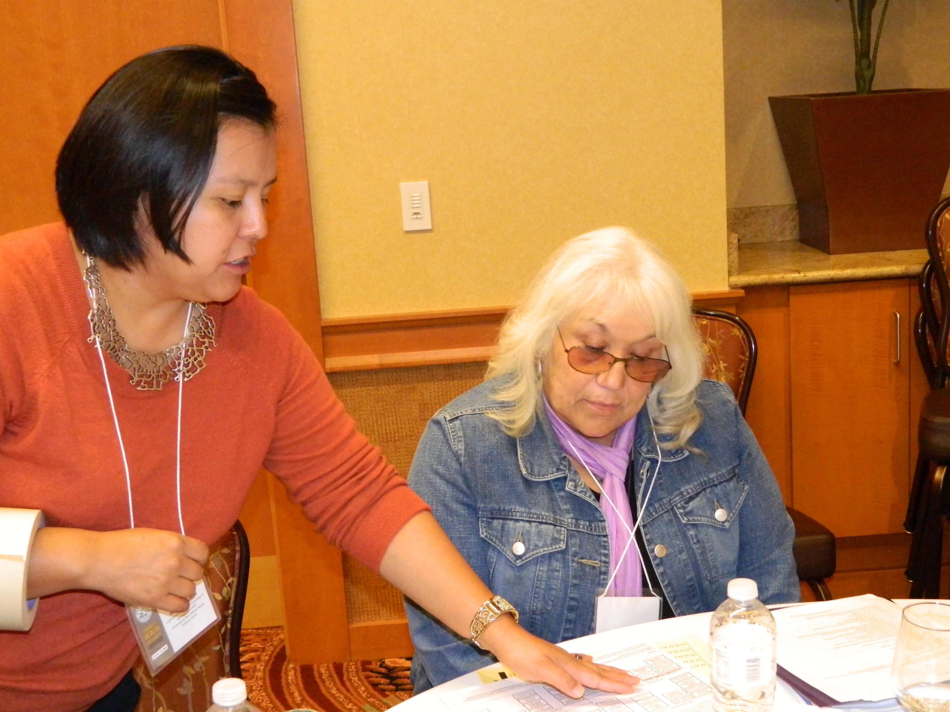 Dos participantes trabajando en la mesa.