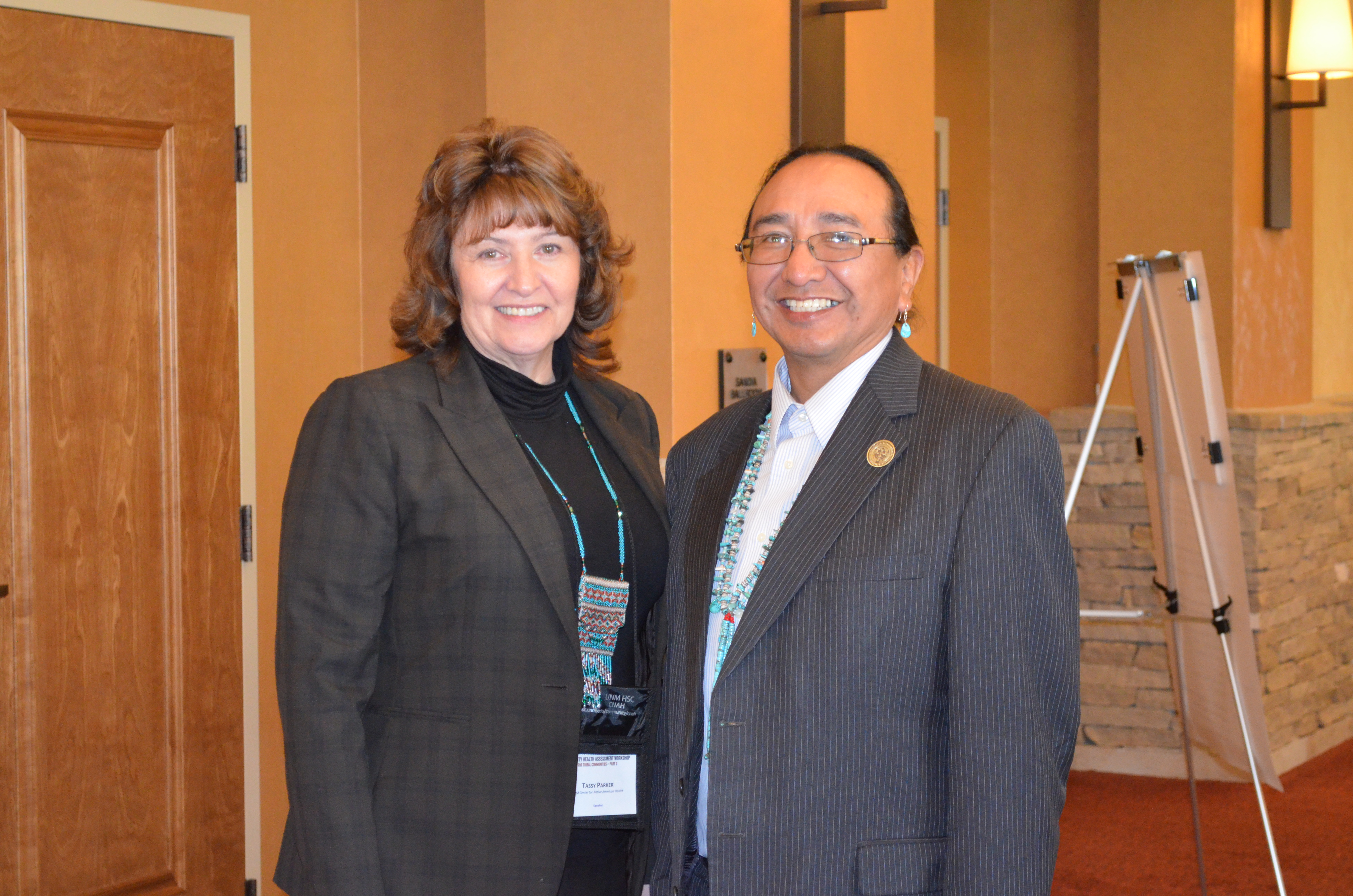 Tassy y el vicepresidente de la Nación Navajo, Rex Lee Jim.
