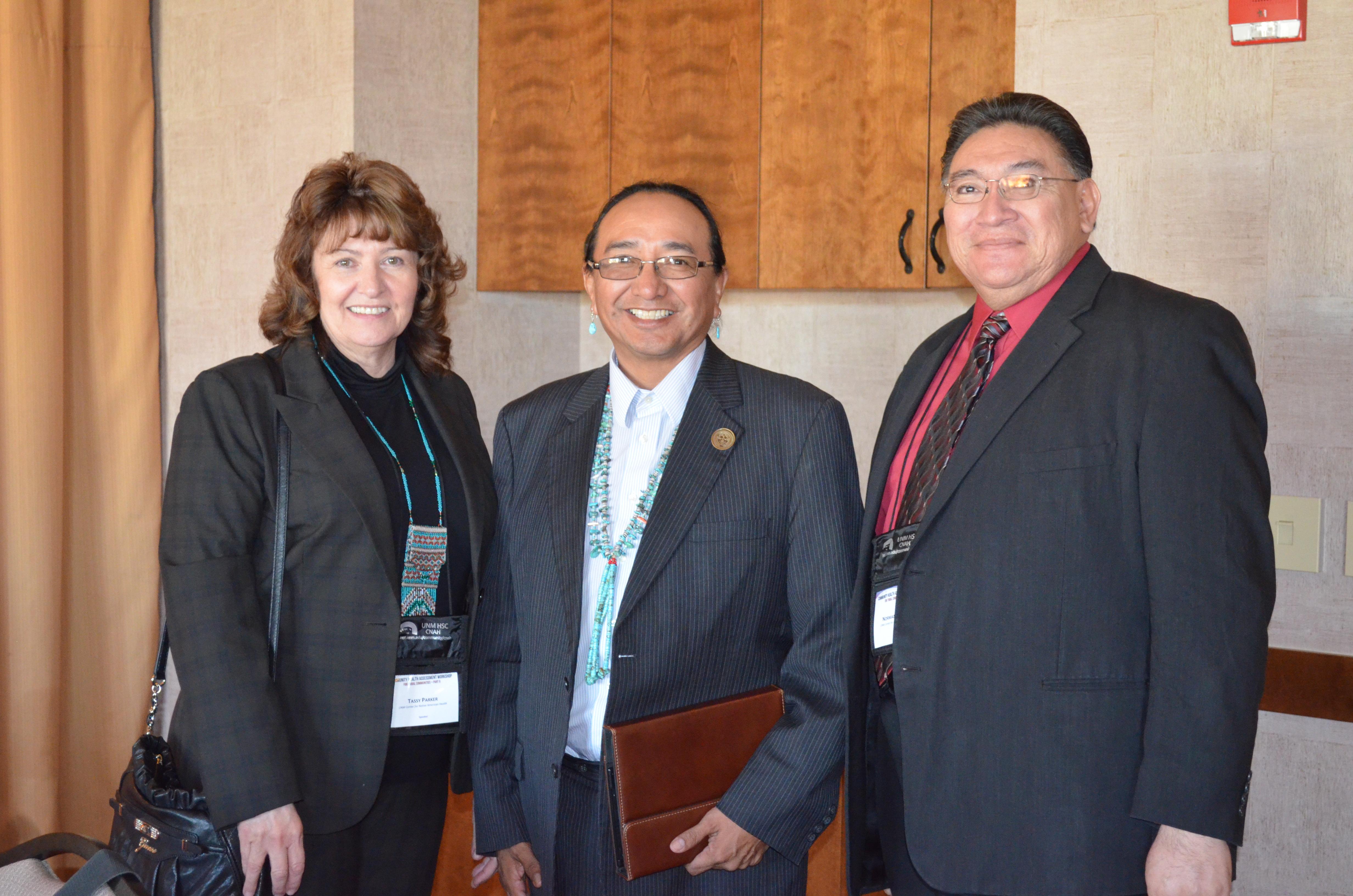 Tassy, el vicepresidente de la Nación Navajo, Rex Lee Jim, y Norman.