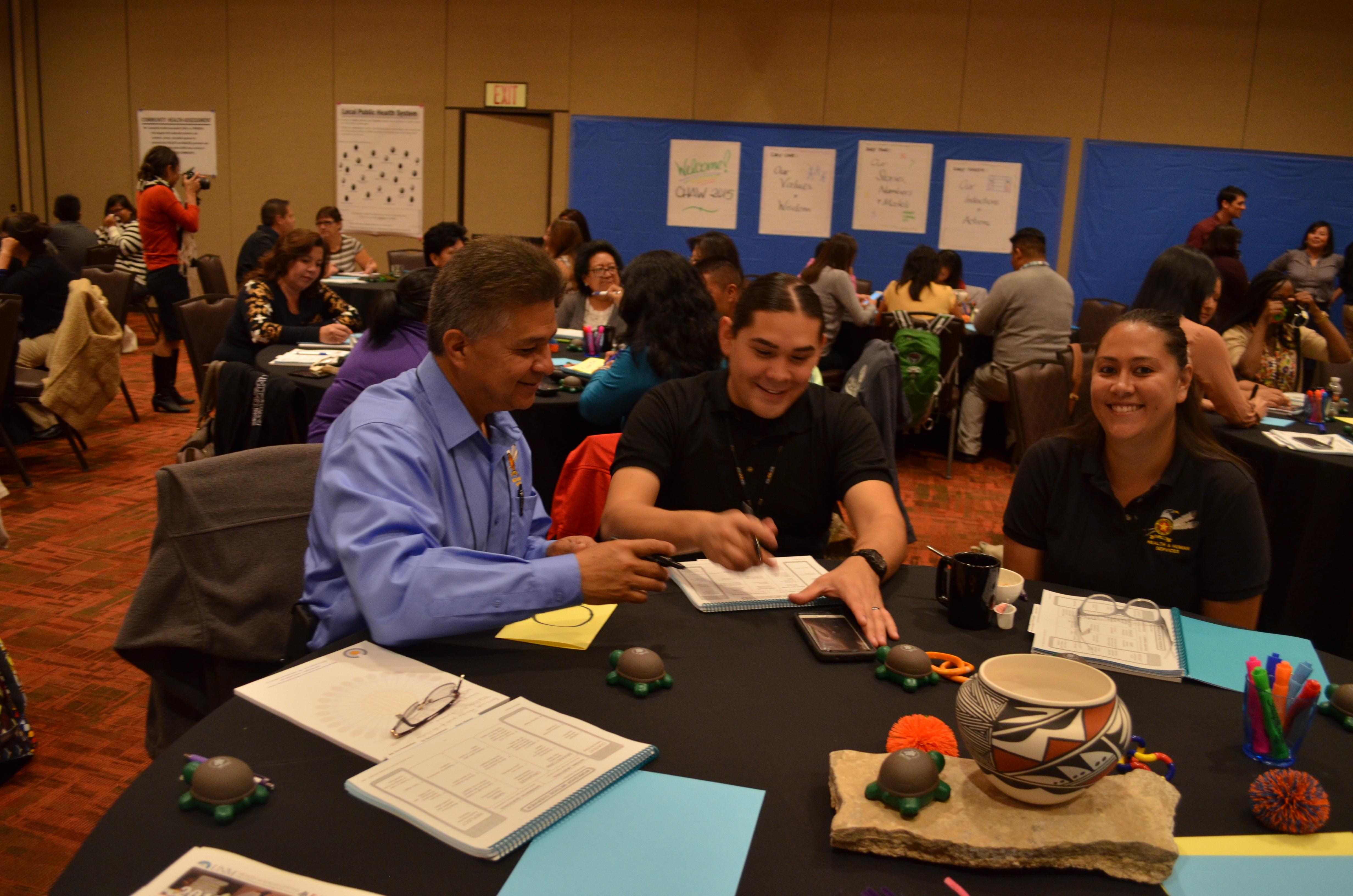 Grupo de trabajo en la mesa.