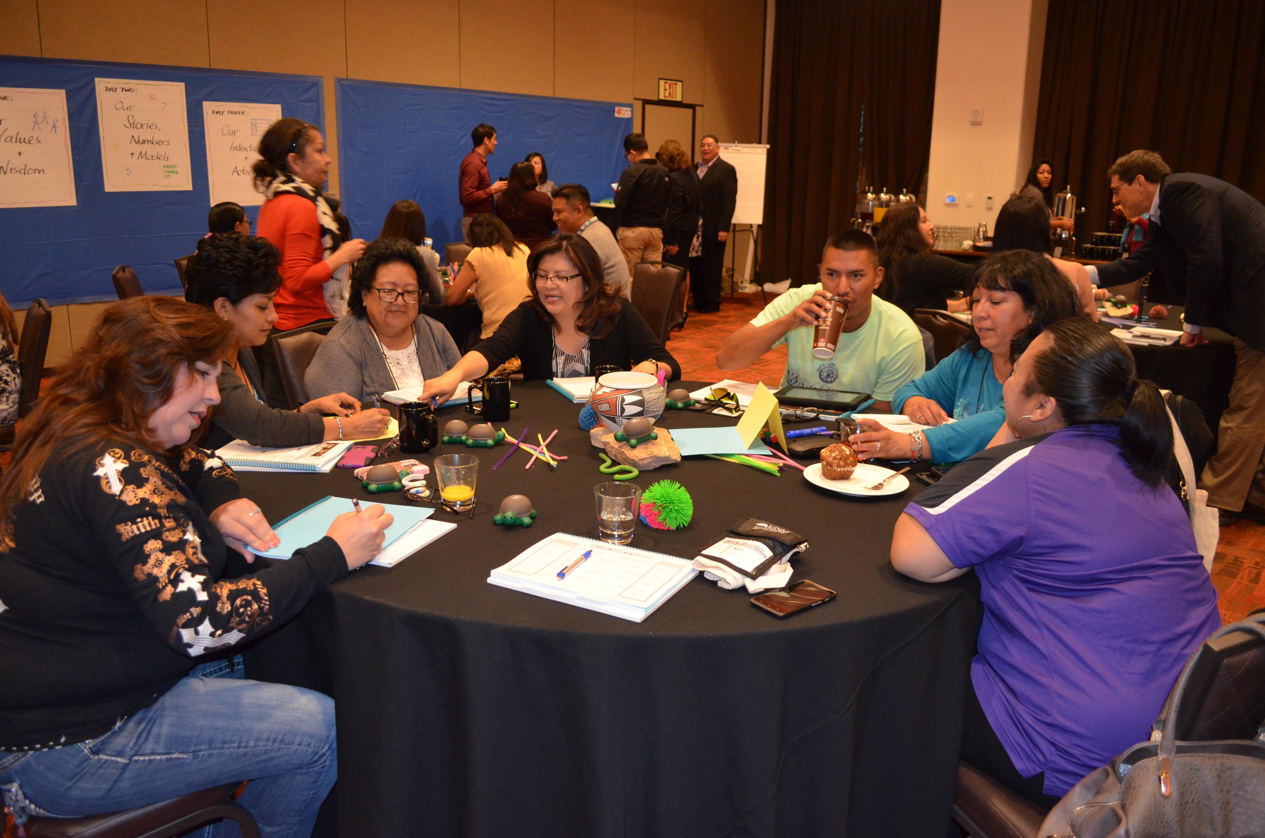 Grupo sentado alrededor de la mesa.