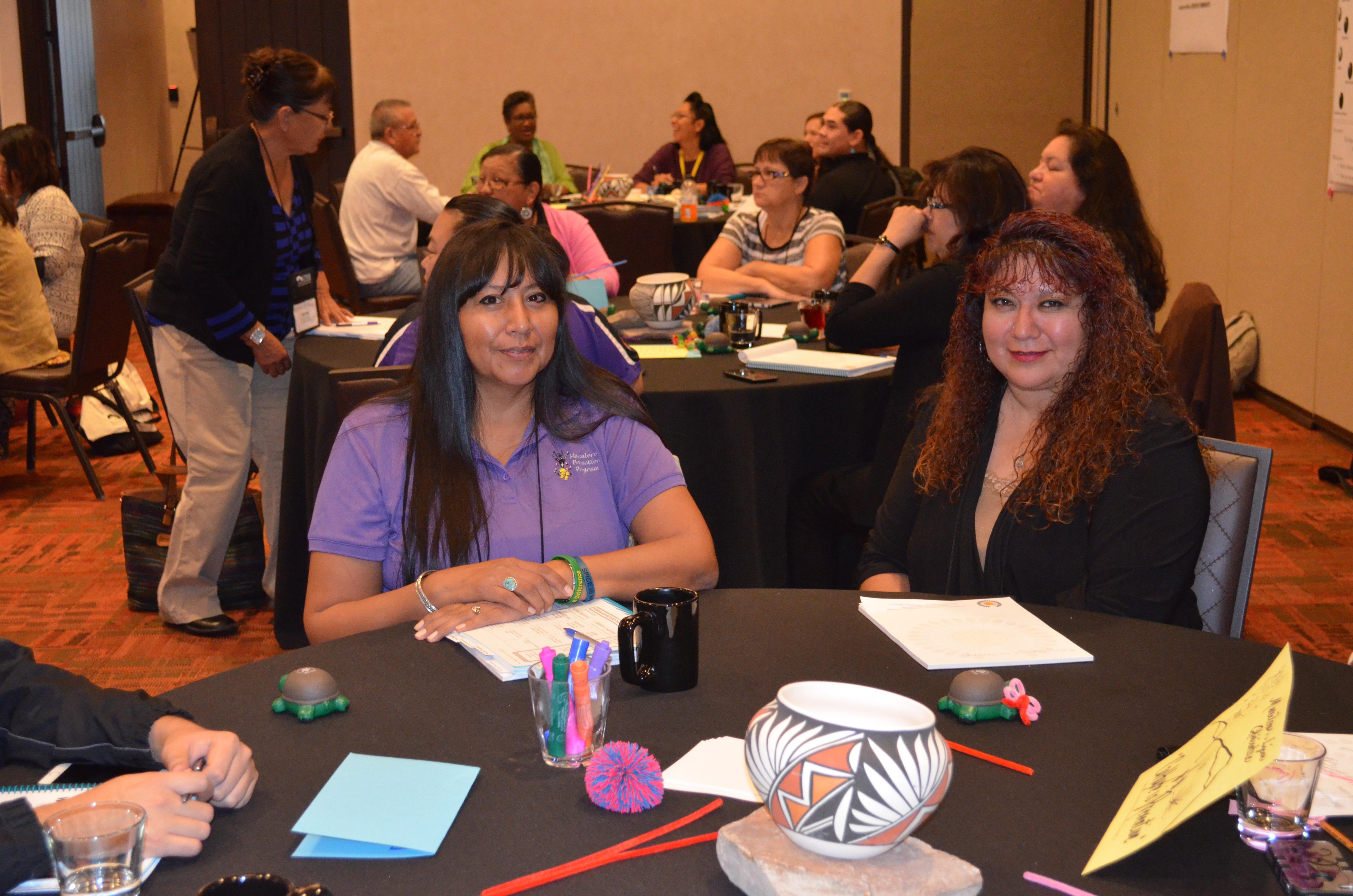 Mujeres sentadas a la mesa.