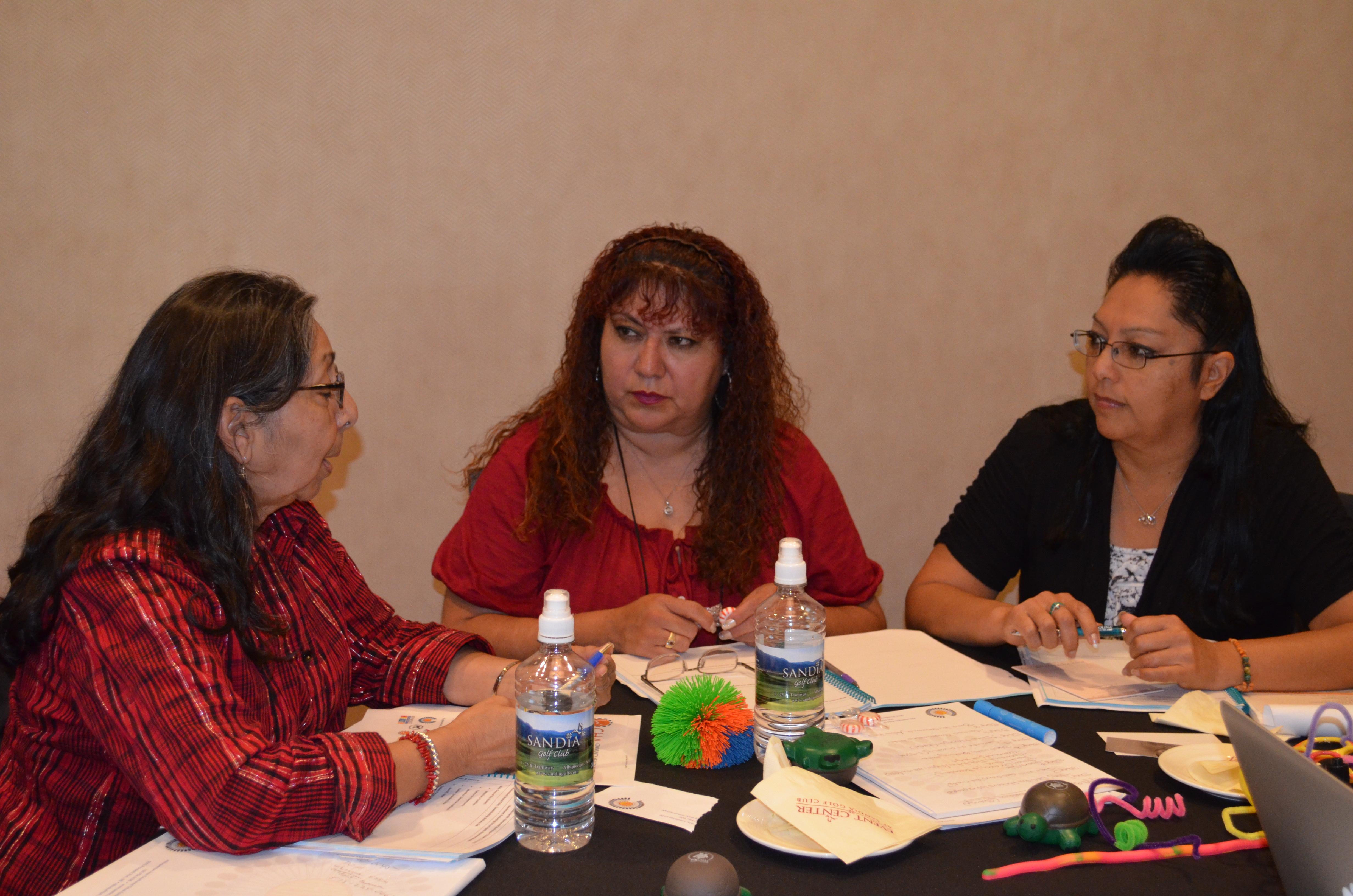 Grupo hablando en la mesa.