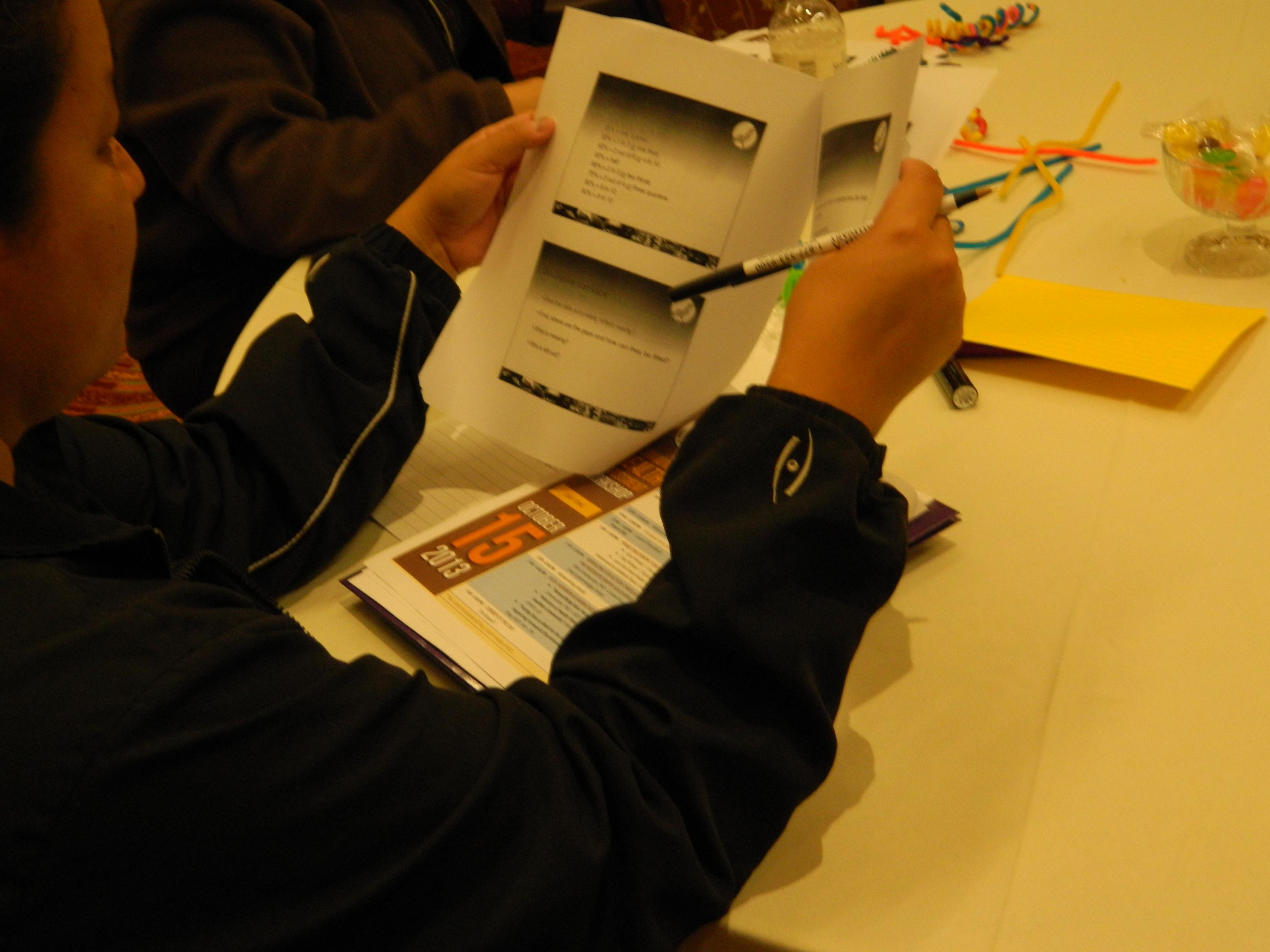 Participante mirando la impresión de PowerPoint.