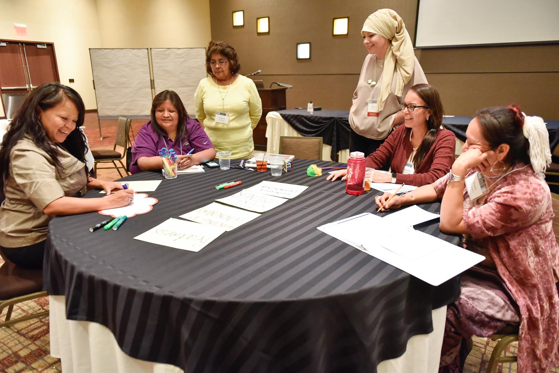 קבוצה סביב השולחן.