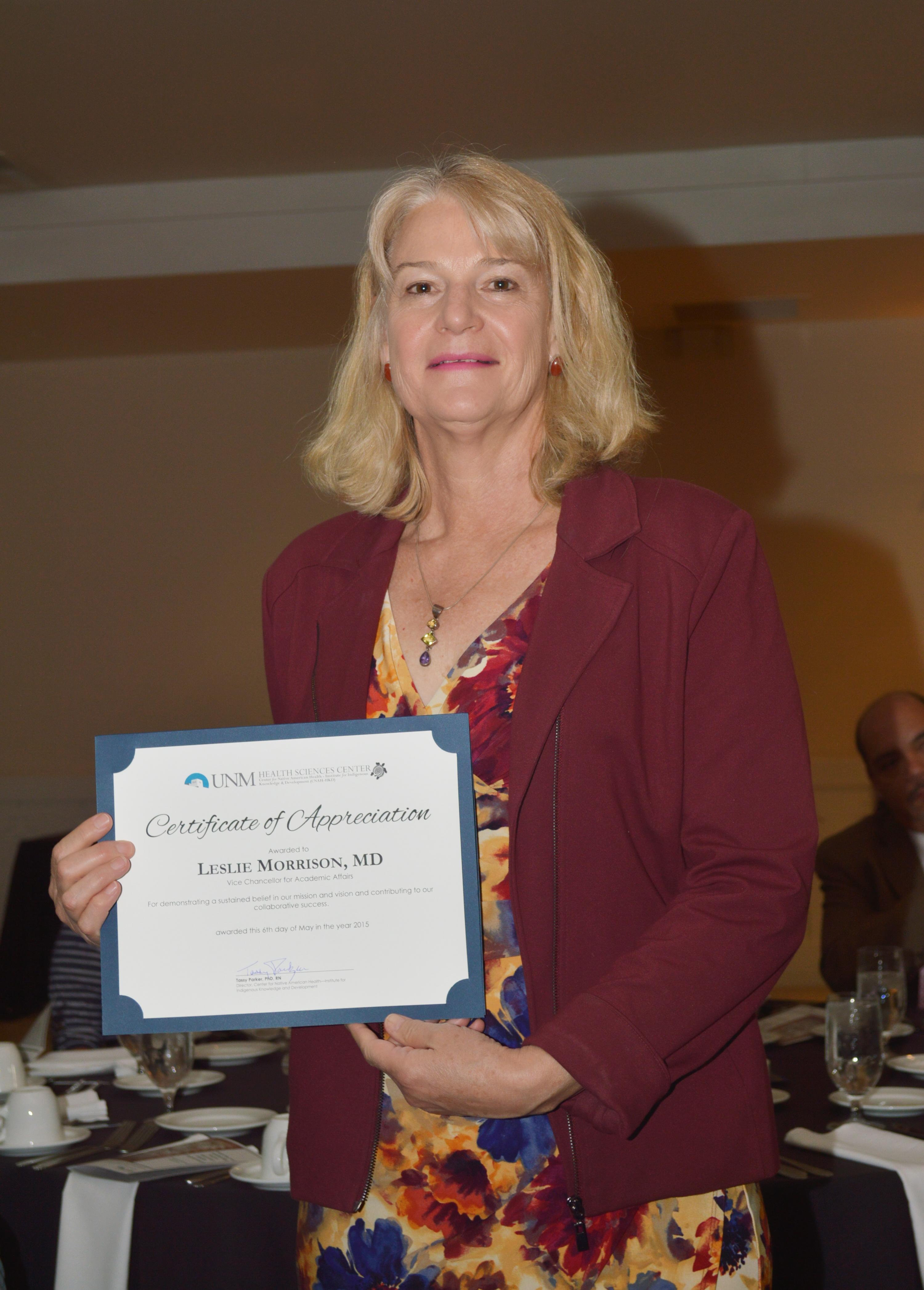 Leslie con certificado.