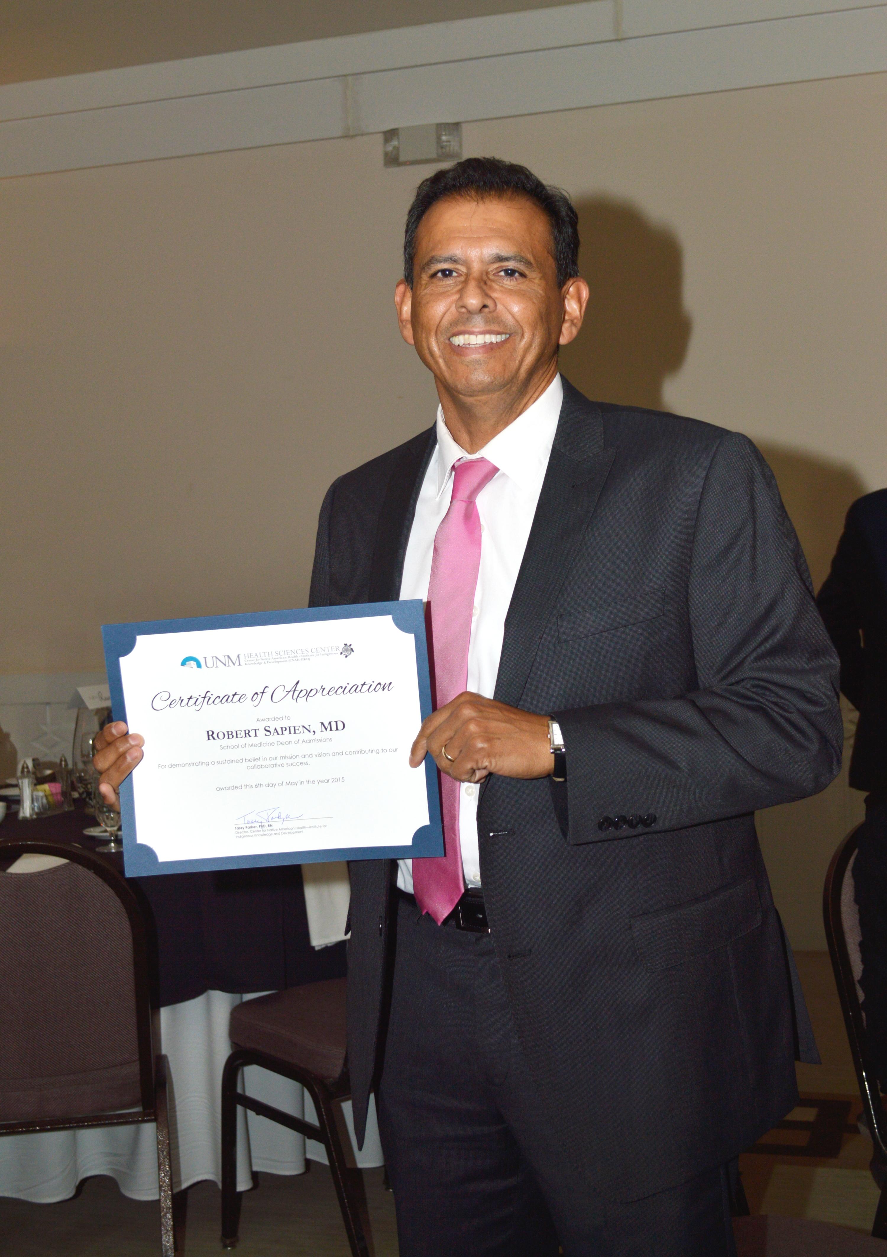 Robert con certificado.