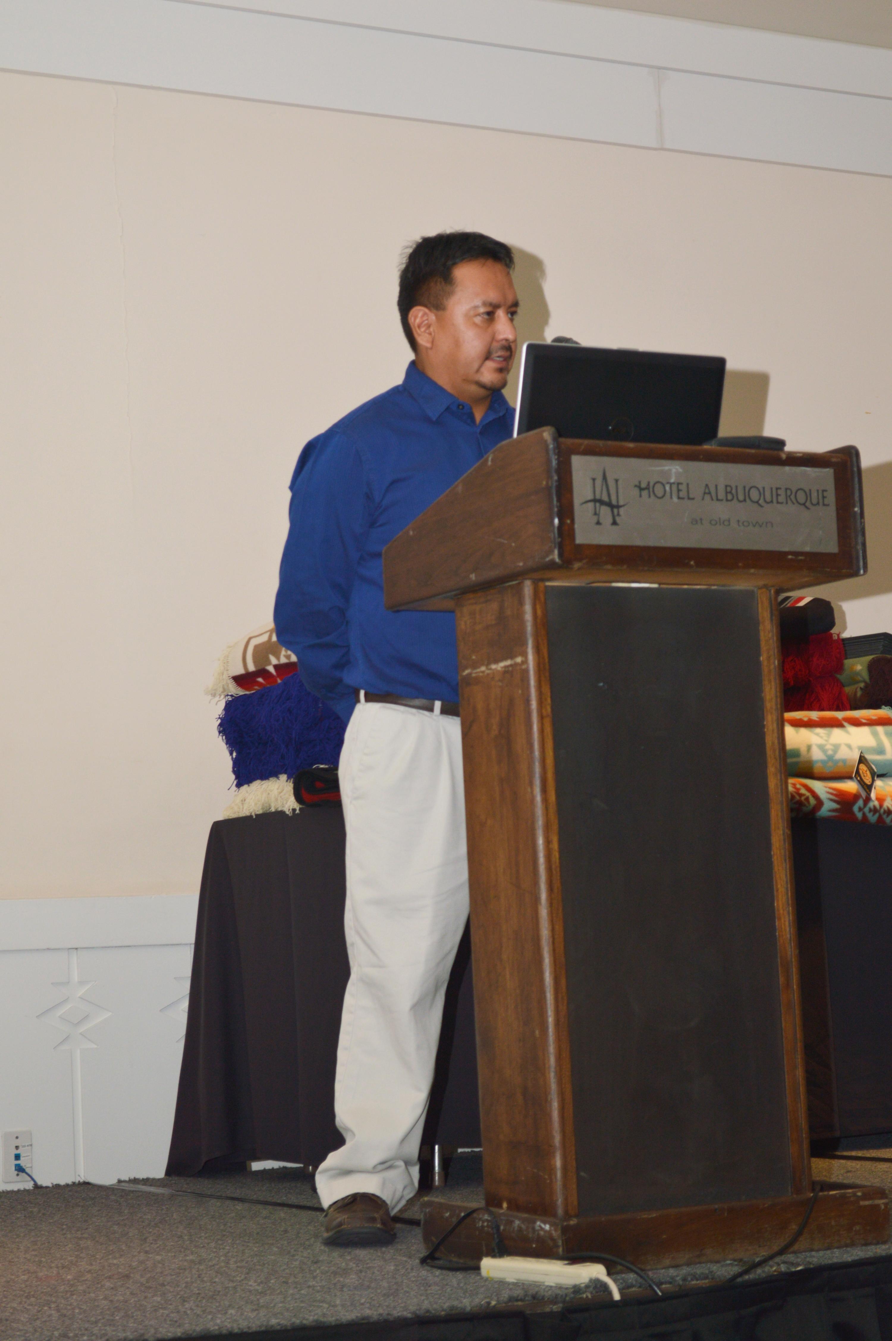 Hombre hablando desde el podio.