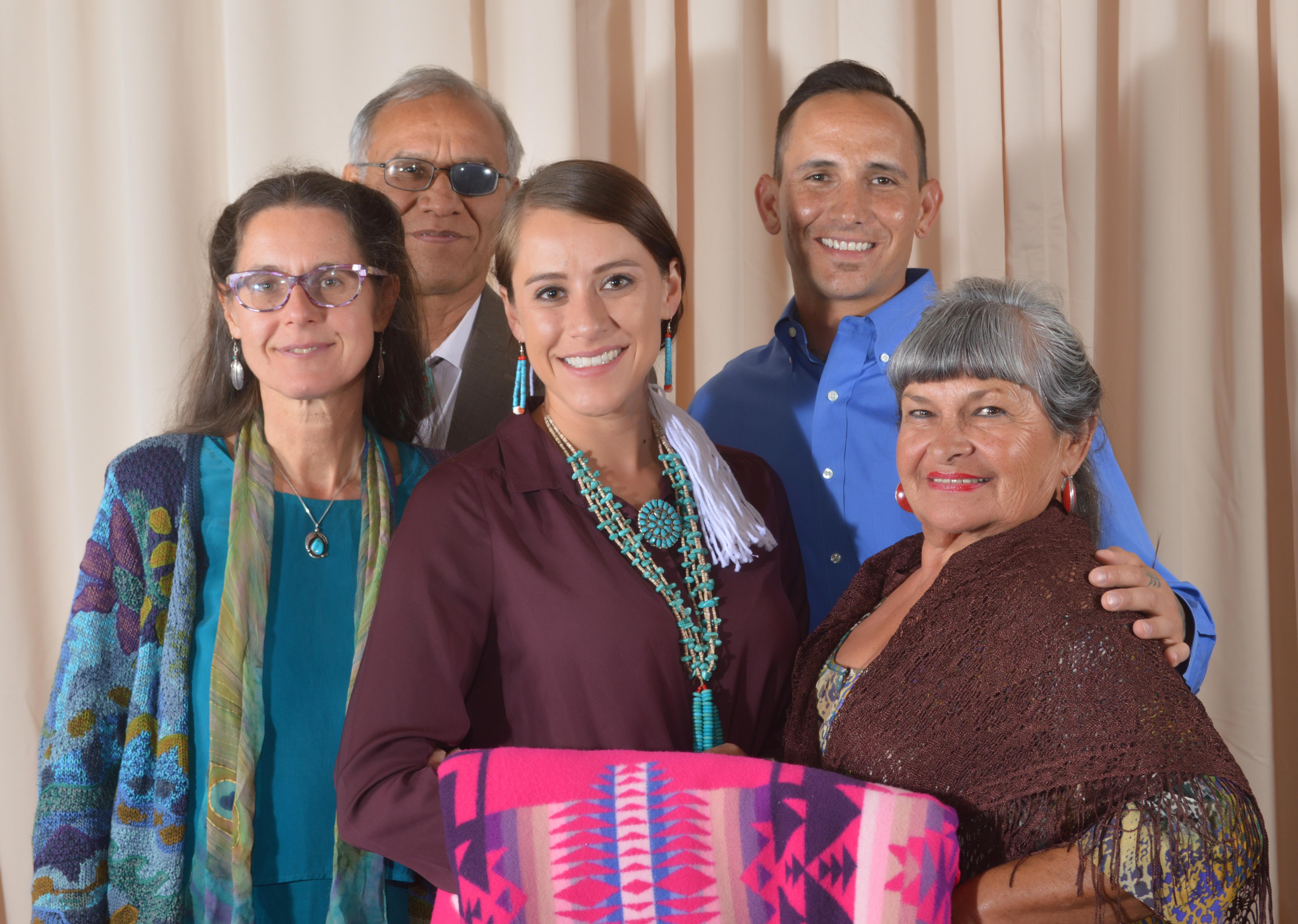 Romilly Tsinhnahjinnie y familia.
