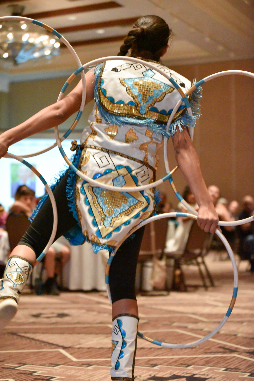 Sha De Phae Young interpretando Hoop Dance