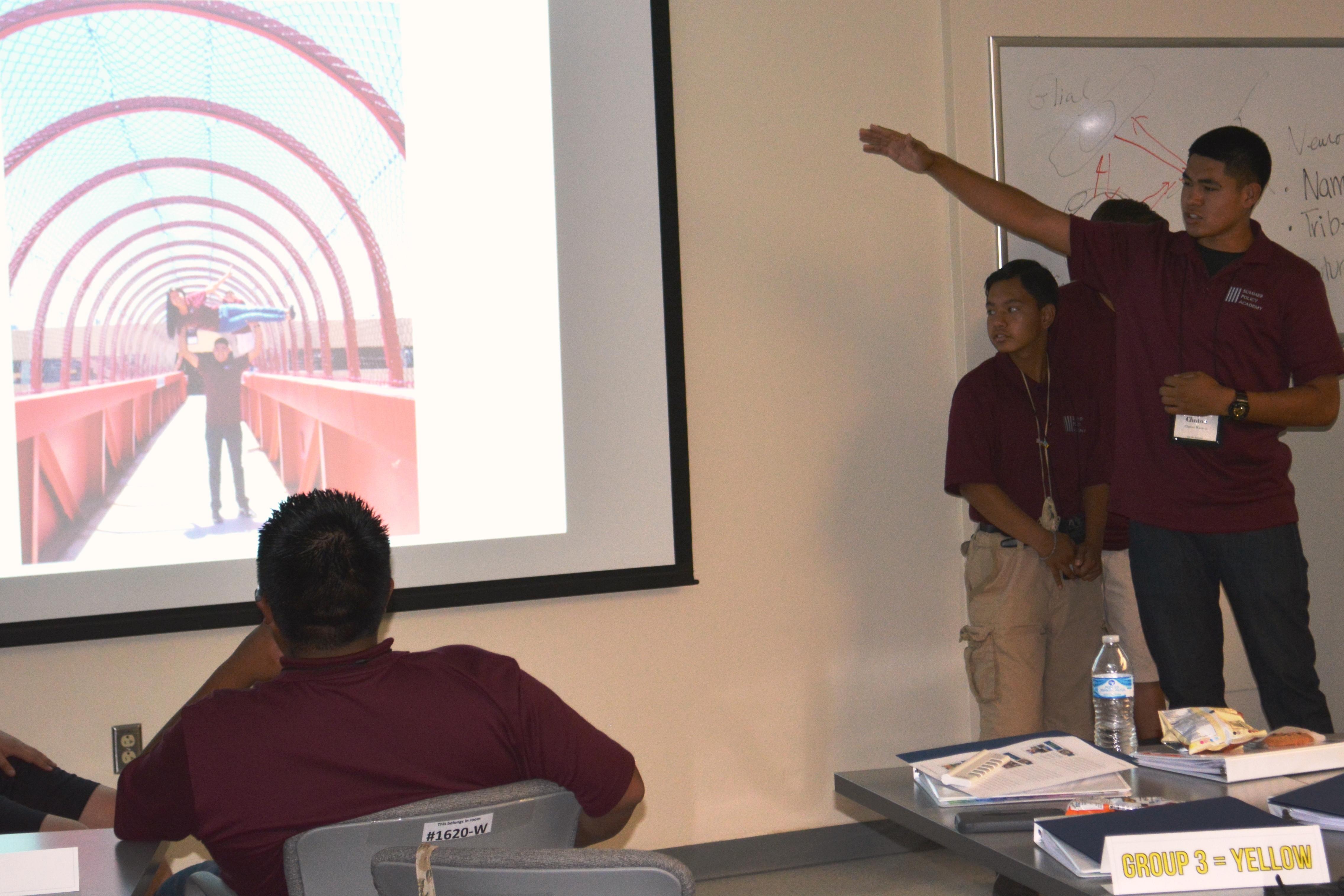 Groupe d'étudiants présentant.