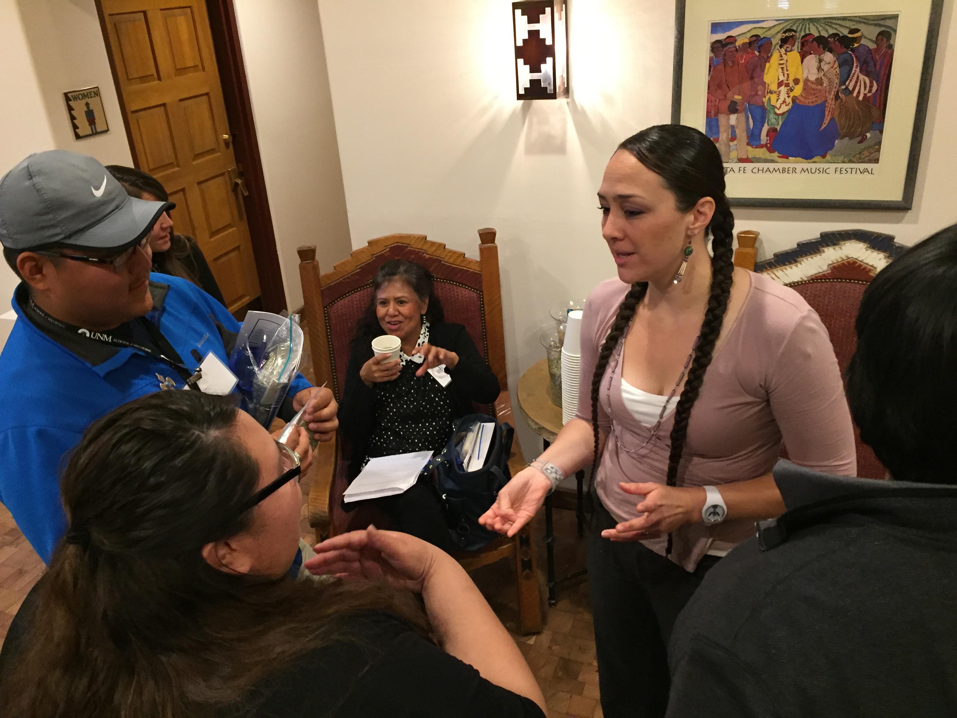 Les gens discutent dans un couloir bondé.