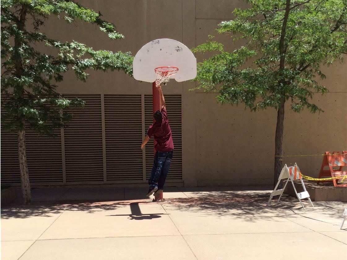 Un étudiant attrape un filet de basket-ball.