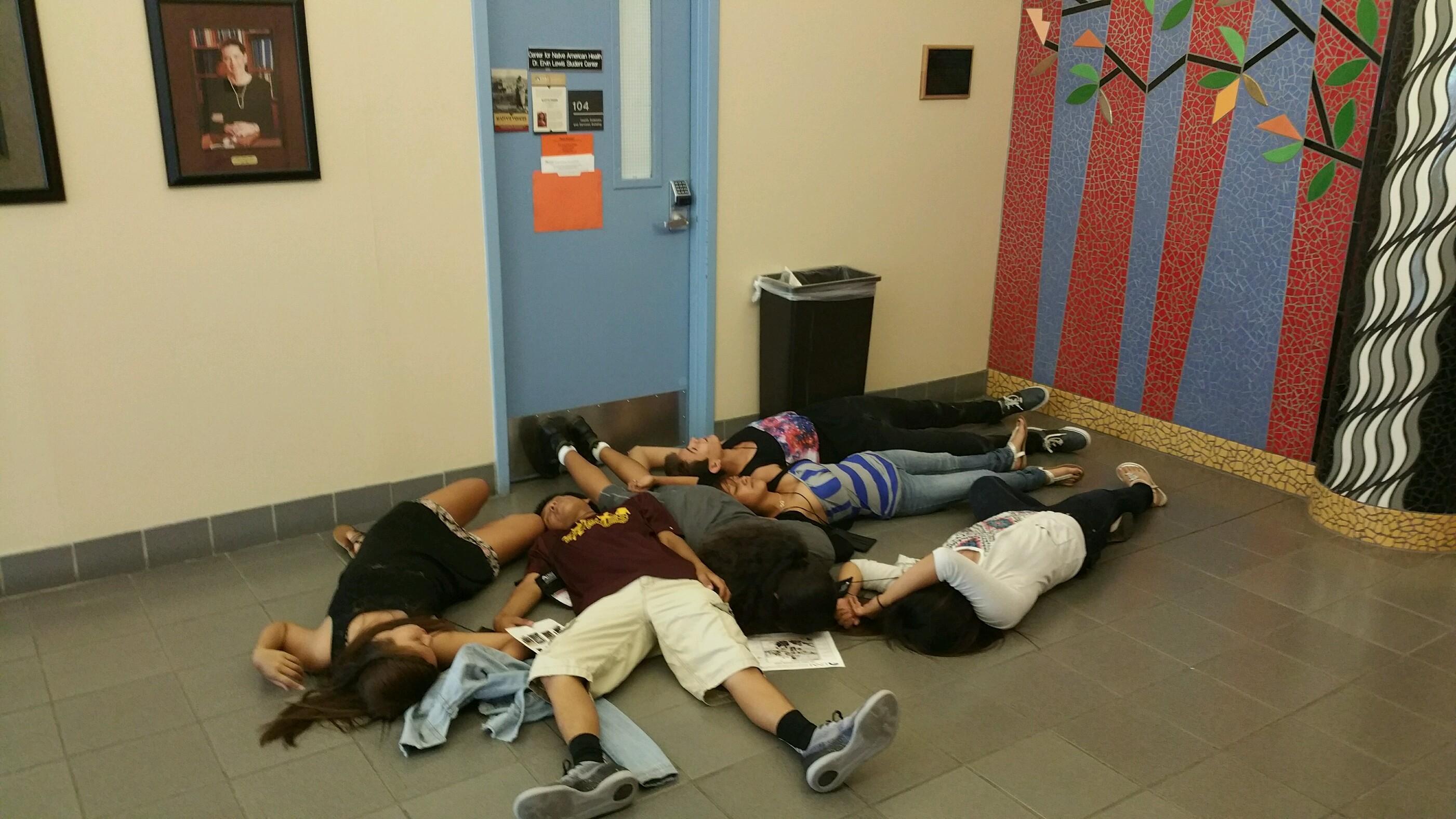 Étudiant allongé sur le sol.