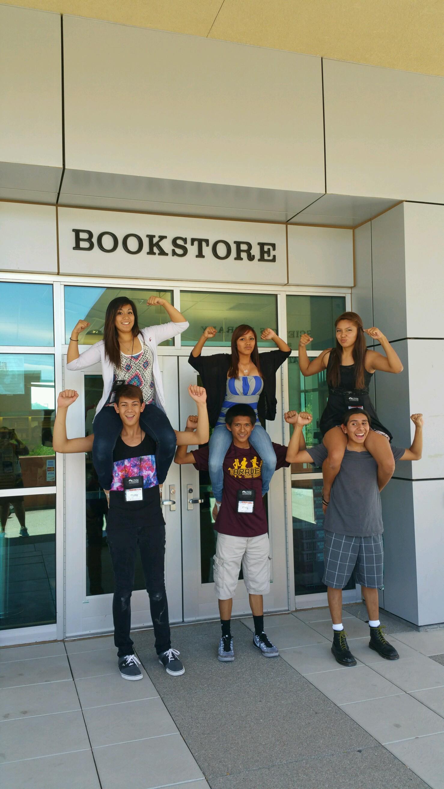 Étudiants postant à l'extérieur de la librairie.