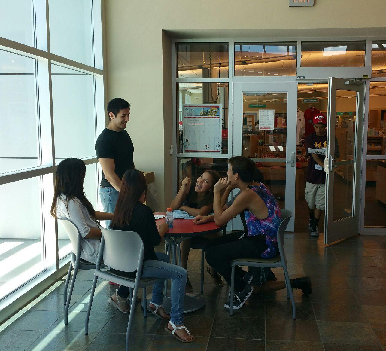 étudiants discutant autour d'une table