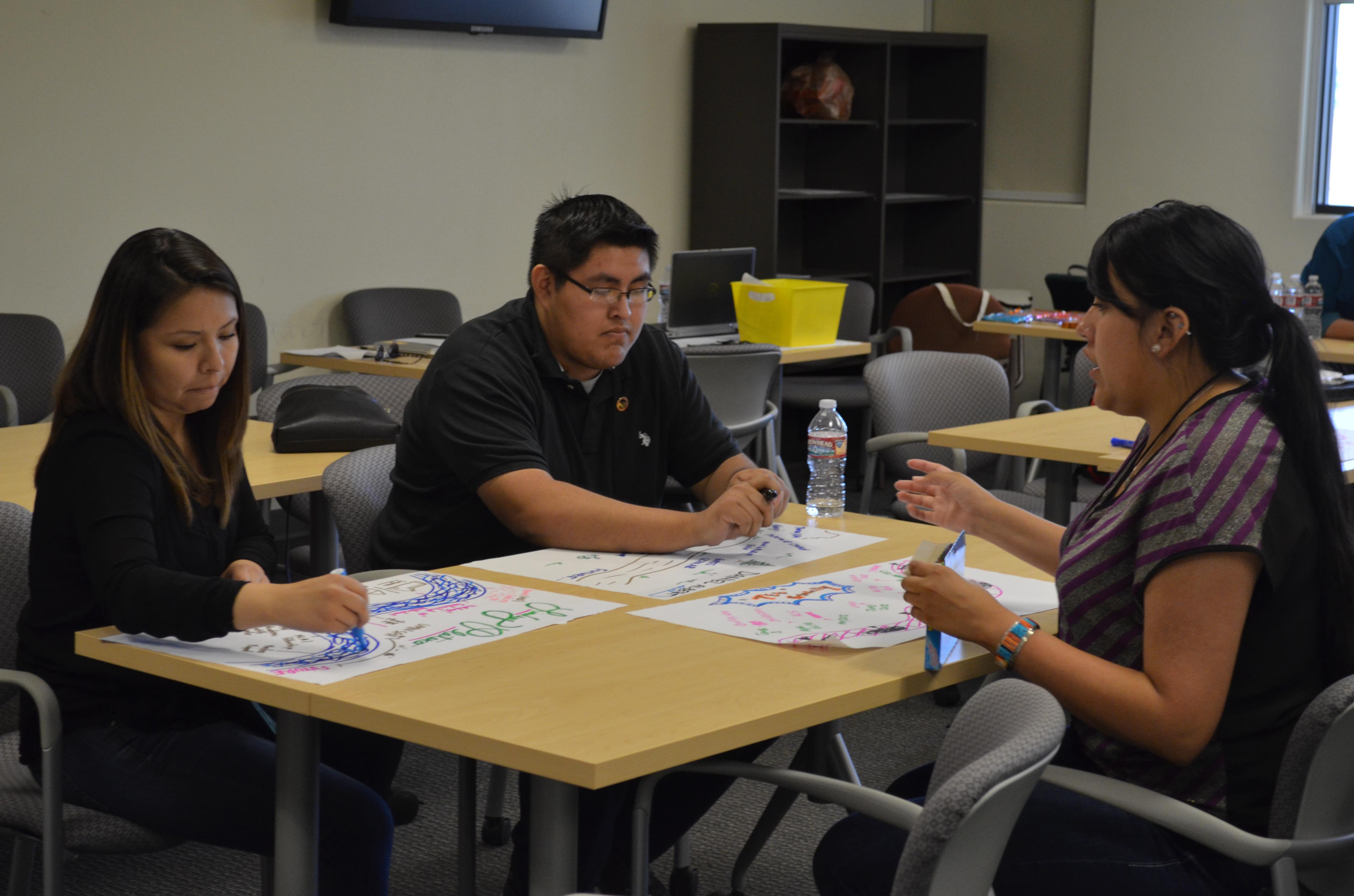 Étudiants travaillant à table.