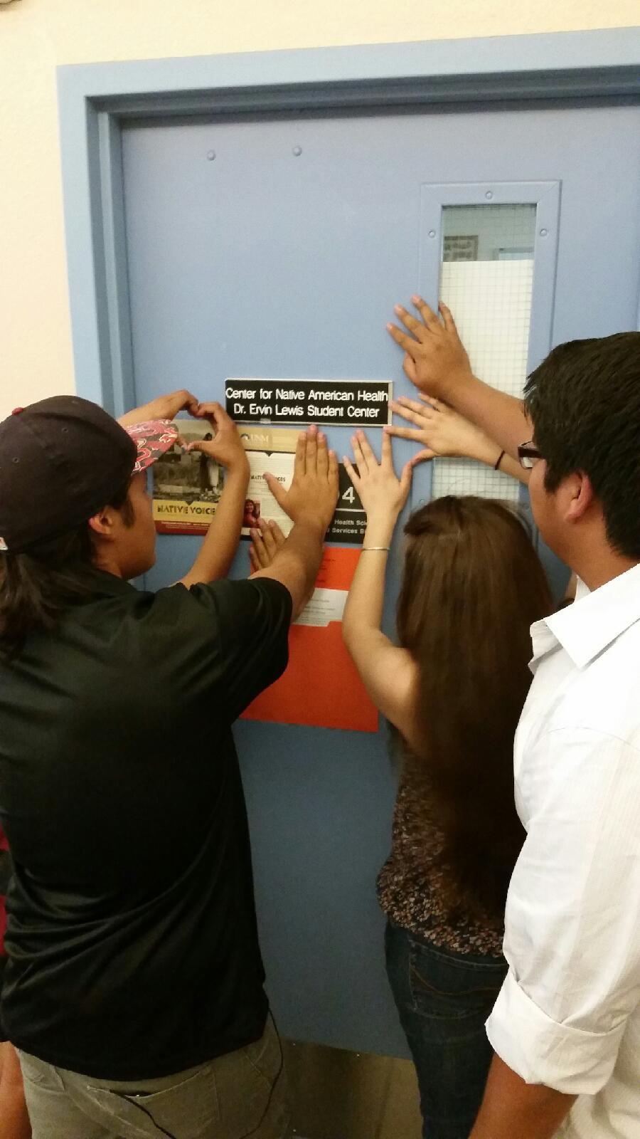 Étudiant mettant la main sur la porte.