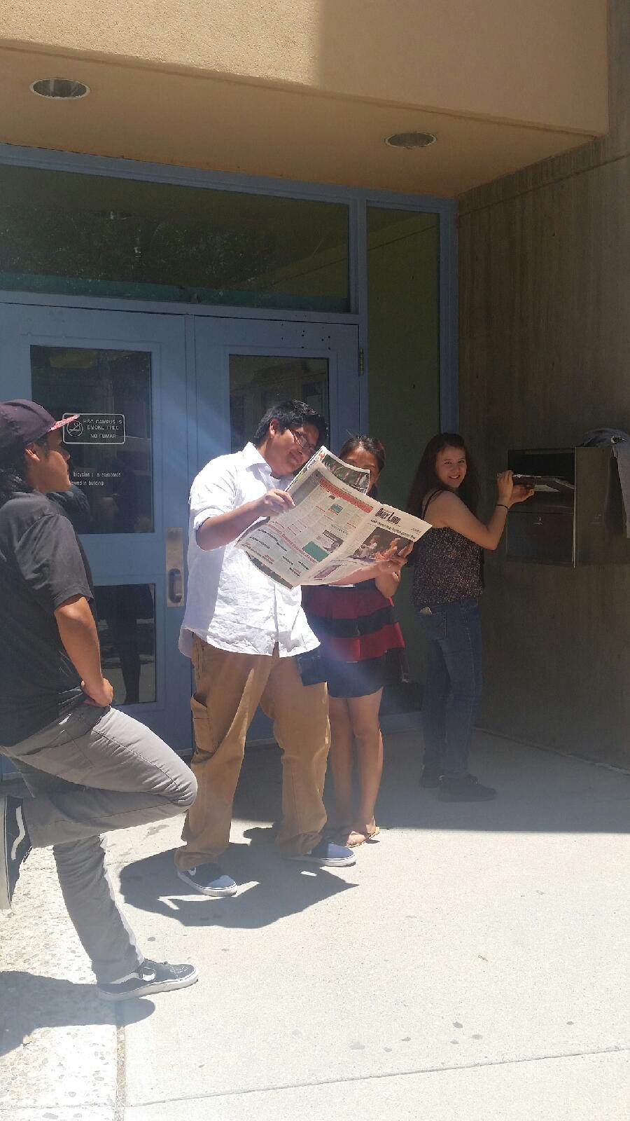 Étudiant posant - lisant le journal, postant des choses.