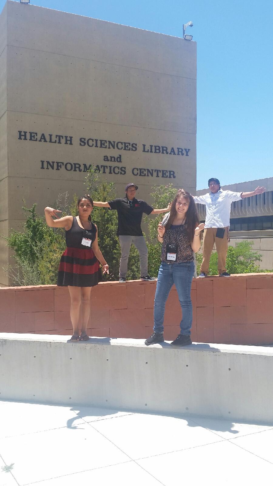 Étudiant posant à l'extérieur de la bibliothèque HS et du centre d'information.