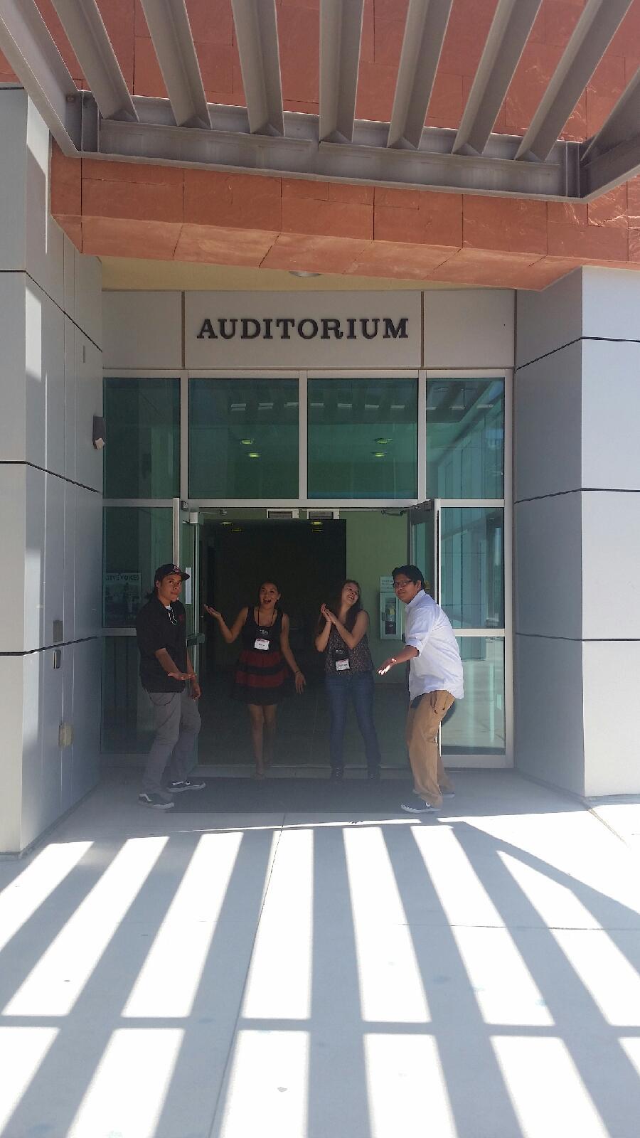 Étudiants postés à l'extérieur de l'auditorium.