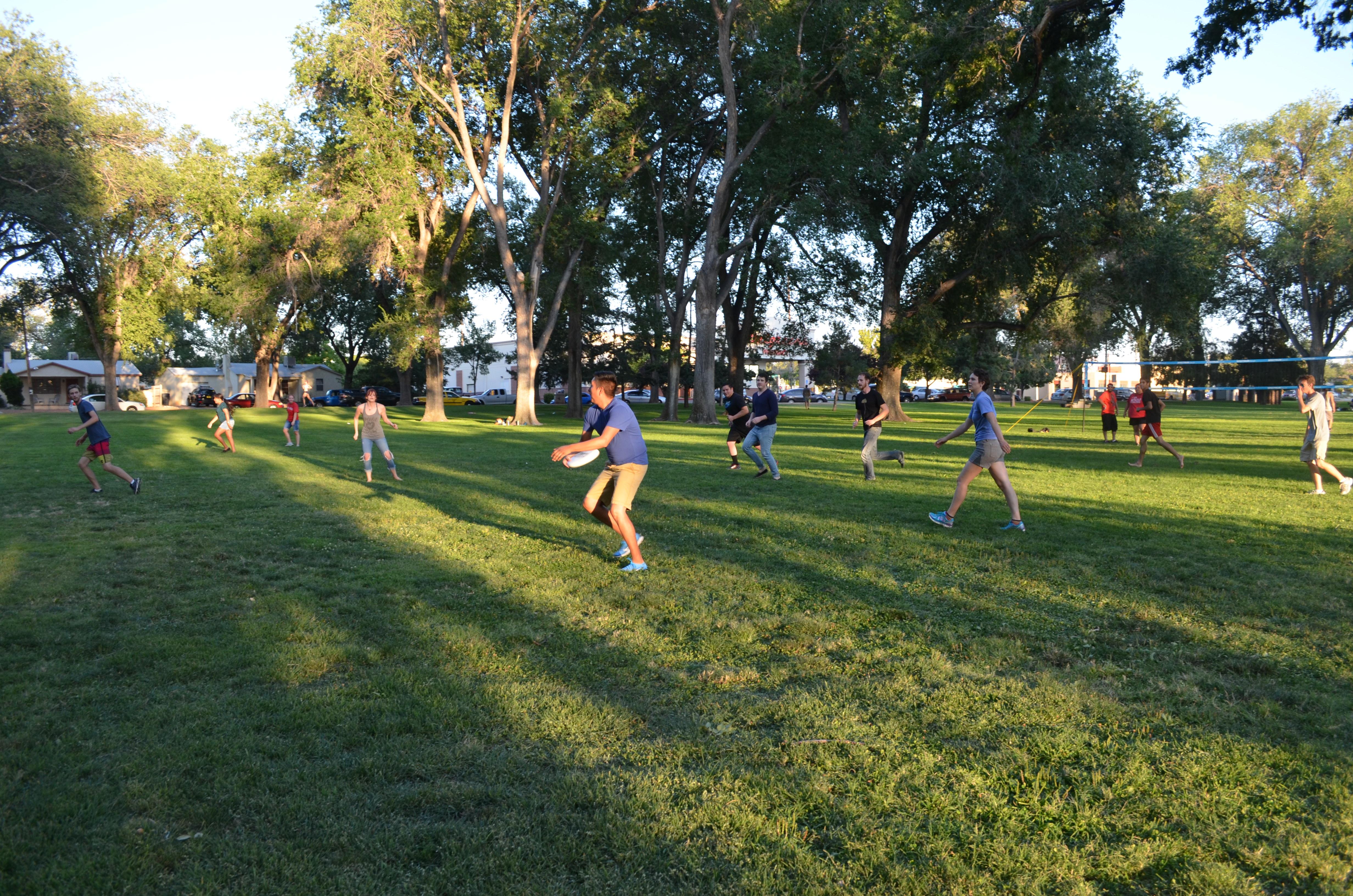 Les élèves jouent au frisbee.