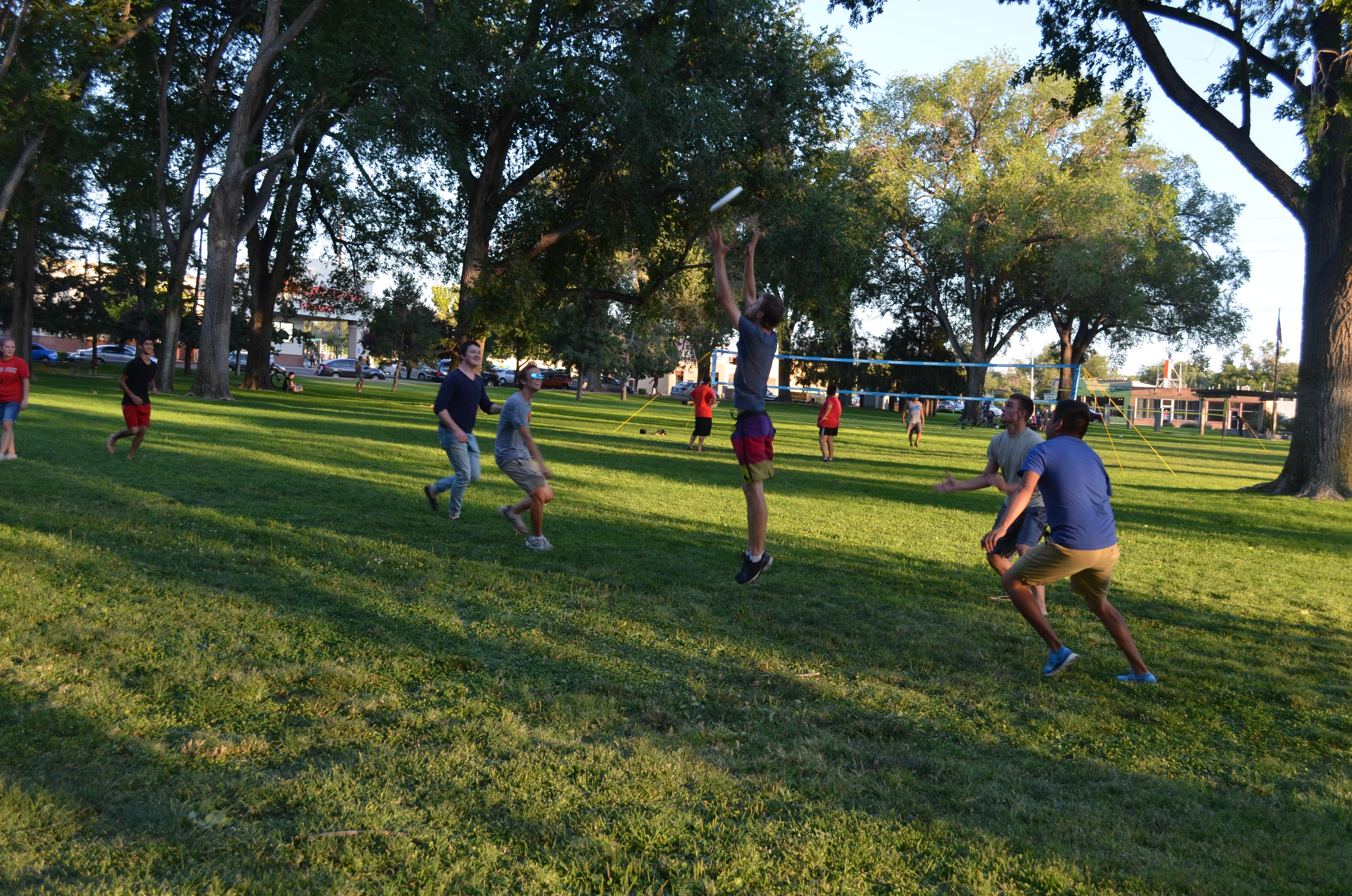 Étudiant jouant au frisbee.
