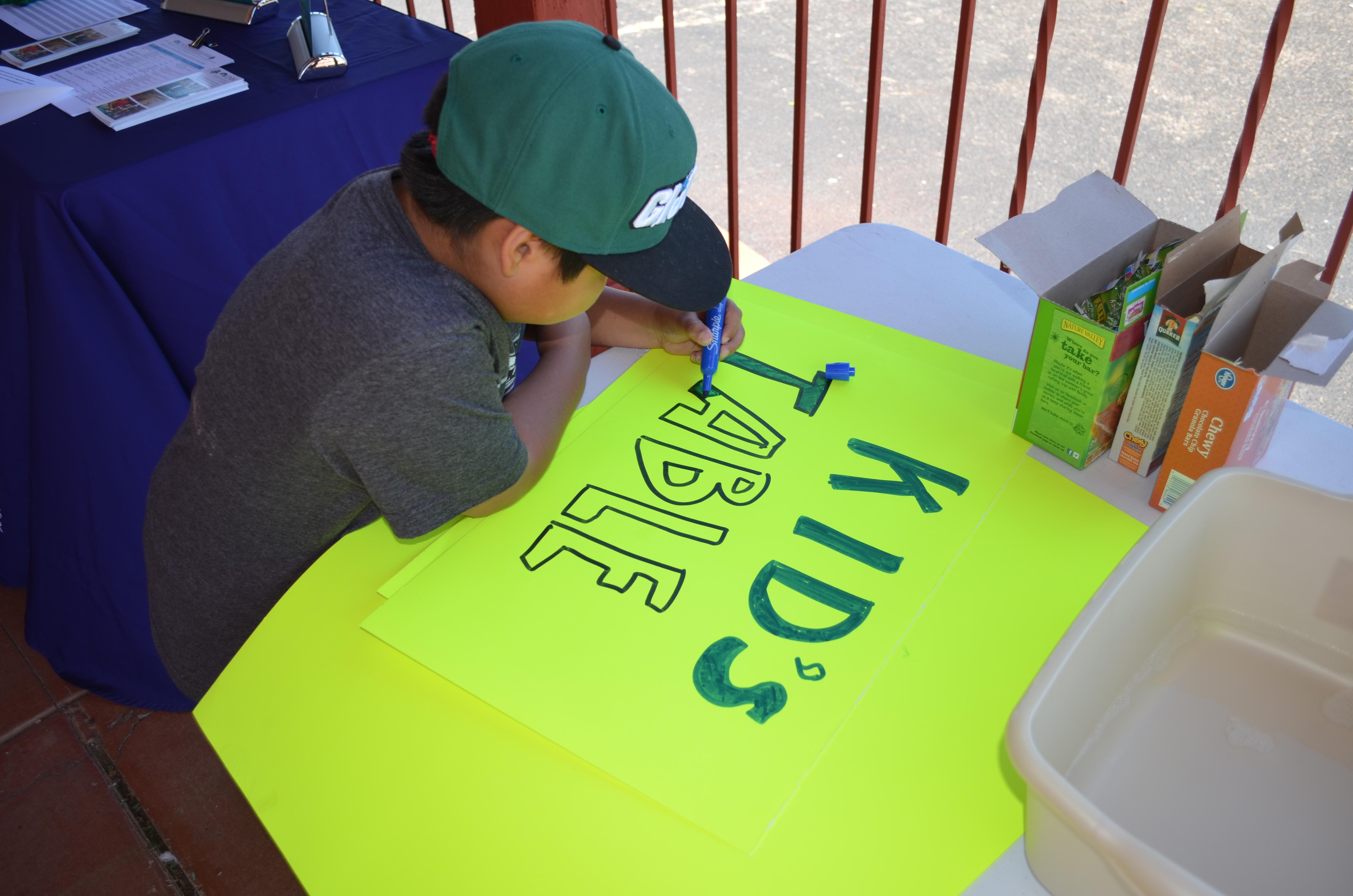 Junge Färbung im Kindertischzeichen.