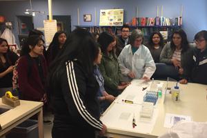 Estudiantes en el laboratorio durante la visita.