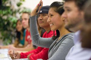 Ուսանողը բարձրացնում է ձեռքը: