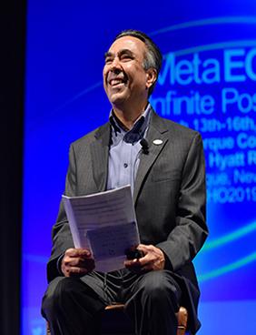 प्रोजेक्ट ईसीएचओ के संस्थापक डॉ संजीव अरोड़ा एक वैश्विक सम्मेलन में भीड़ को मुस्कुराते हुए।