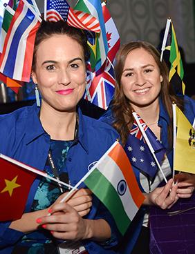 MetaECHO प्रतिभागी अपने देश के झंडे को मुस्कान और गर्व के साथ दिखाते हैं।
