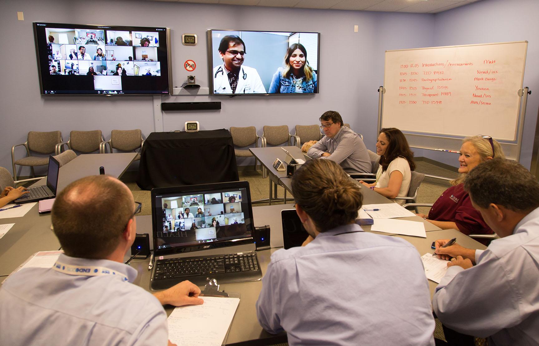Los proveedores de atención médica utilizan las videoconferencias para reunirse con expertos y colaborar en casos.