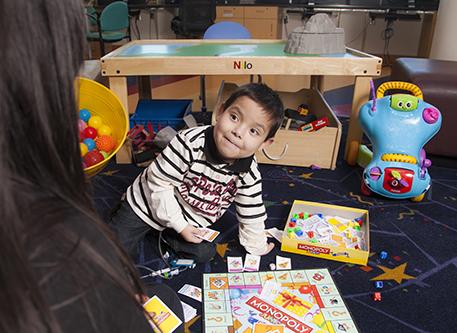 一个小男孩在玩耍