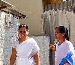 Dos mujeres de la India se acercan a una puerta.