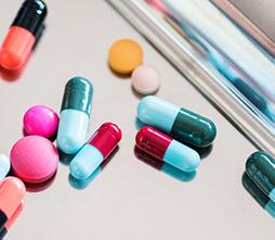 Foto de diferentes pastillas sobre una mesa.