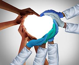 Manos, algunas con guantes quirúrgicos, se unieron para aparecer en forma de corazón.