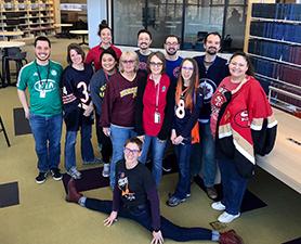 Grupo de personas vestidas de rojo.