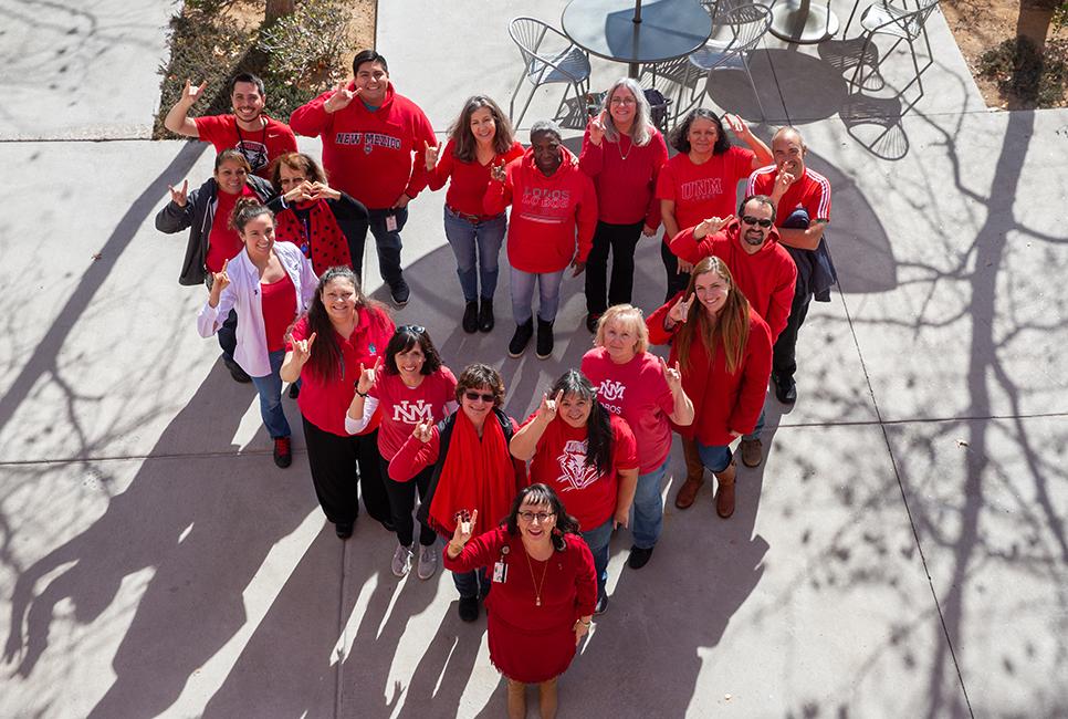 Vista aérea del personal de pie en un corazón vestido de rojo.