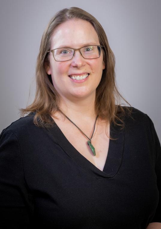 Лаура Холл, временный директор, работает удаленно за компьютером.