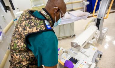 麻醉师使用设备。