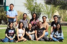 Foto de grupo de estudiantes sentados en el césped.