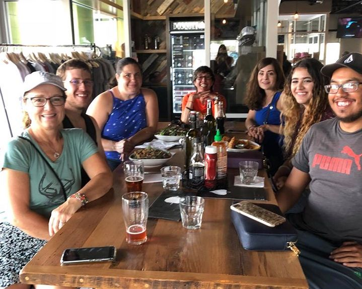 レストランでビールを飲むラボグループ。