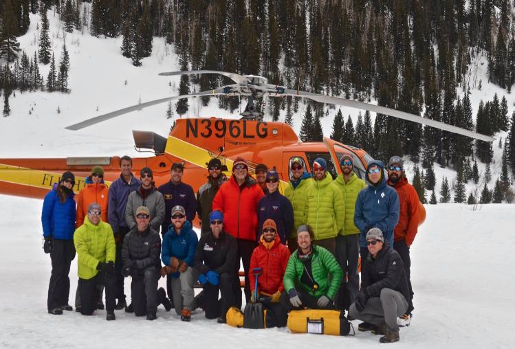 helicóptero y grupo de becarios